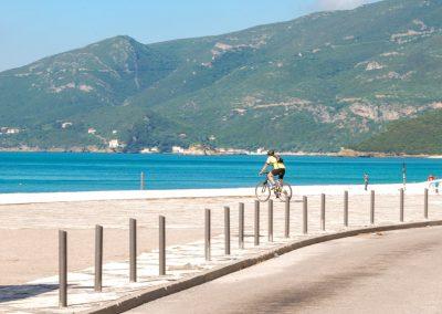 No passeio da Praia da Figueirina, na Serra da Arrábida, um ciclista montado na sua bicicleta olha para o mar. A que estará ele a dar atenção à paisagem, ao seu treino, aos dois? Sabes o que é Atenção Plena?