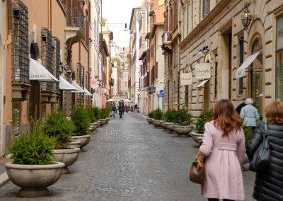 Passeando em Roma, numa rua com lojas de marcas caras, lembrei-me que, entre o romantismo dos lugares e o materialismo da sociedade, vale a pena saber o queres para a tua vida.