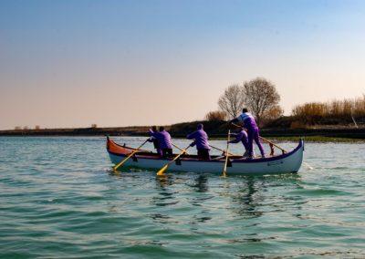 Cinco homens, numa canoa, treinam as suas habilidades com os remos. E, o que poderão alcançar depende do treino e também daquilo em que acreditam que podem conseguir, ou não conseguir.