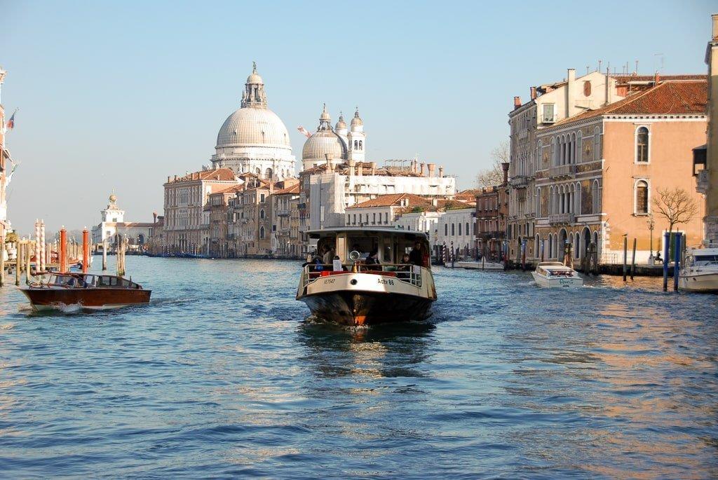 Os barcos percorrem o grande canal de Veneza, num cenário que a uns apaixona e a outros desilude. Os lugares podem despertar sensações diferentes consoante as expectativas de cada pessoa. Afinal, a vida pode ser um paradoxo para quem vive na expectativa.