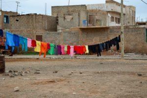Um estendal de roupa de várias cores, recorda-nos que também as emoções também podem ter diferentes cores.