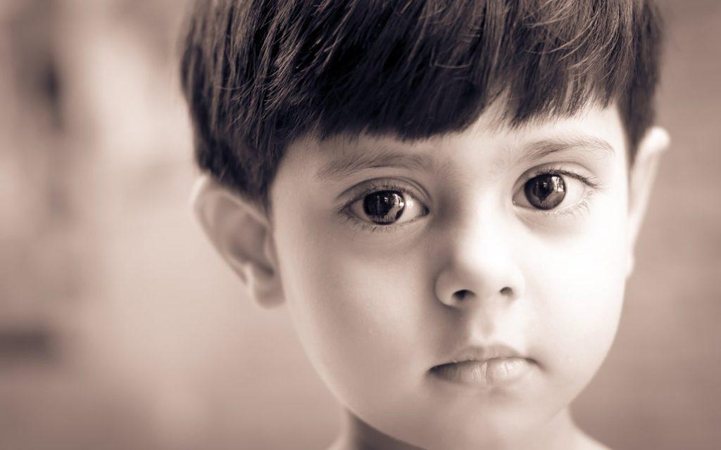 O olhar de um menino. As crianças mostram-nos de que forma contribuimos para a sua autoestima.