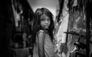 Uma menina triste tem um olhar que fala. Um olhar que pode fazer-nos pensar sobre a origem da autoestima.