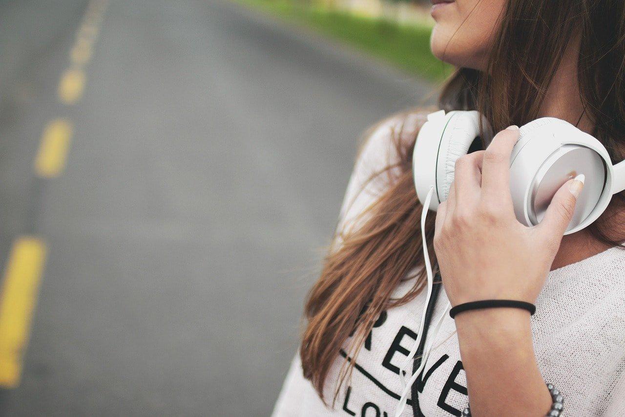 Uma jovem com phones. Será que saber ouvir? Escutar? Comunicar?