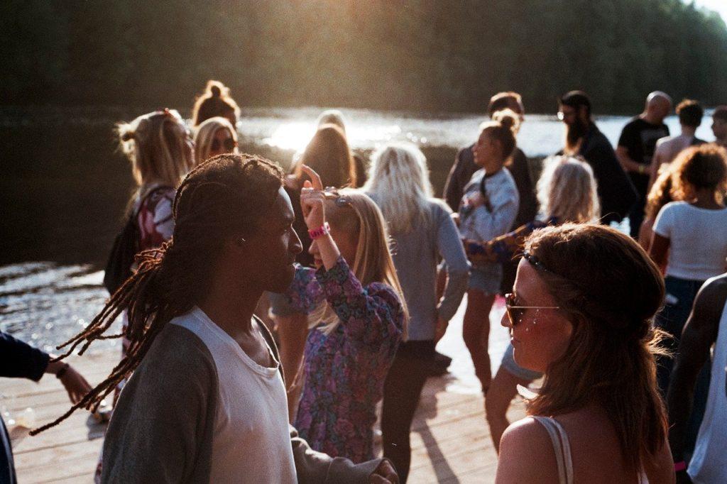 Pessoas interagindo com outras pessoas, lembram-nos que essa interação pode incluir empatia, conexão e vulnerabilidade.