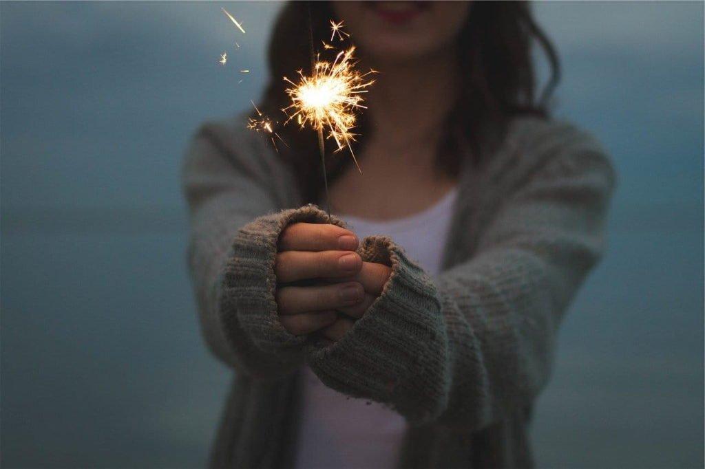 Sparkler, é uma faisca de luz na mão que pode despertar a atitude de definir objetivos para o novo ano!