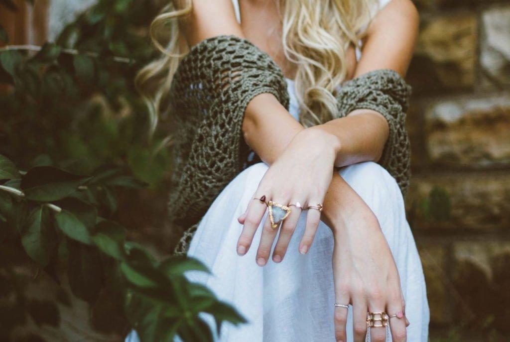 A imagem de uma mulher sem rosto, lembra-nos que uma pessoa é mais do que um corpo, um rosto, ou a roupa que veste. É importante sabermos como aumentar a auto estima, para se conseguir uma vida mais equilibrada e saudável.